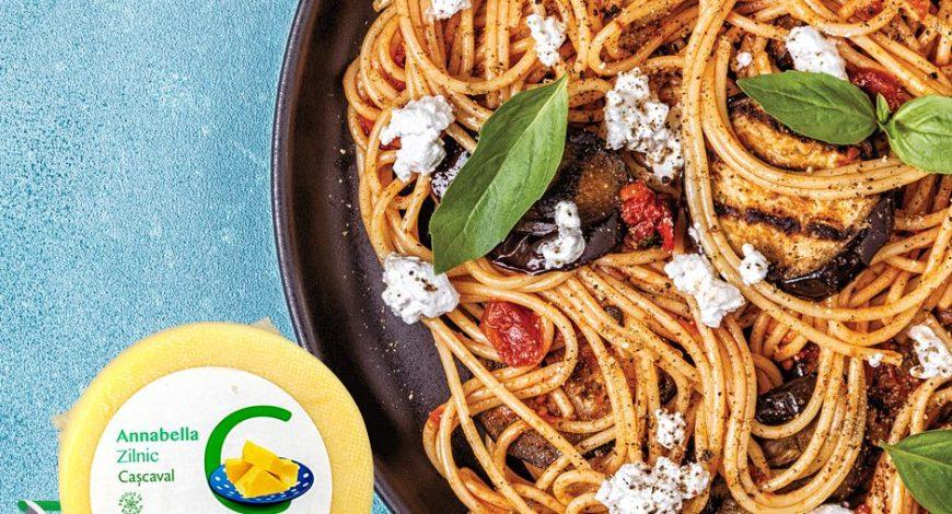 Spaghete-cu-vinete-roșii-și-brânză